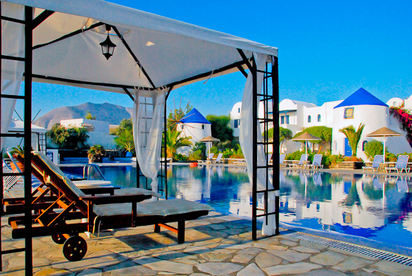 Santorini, Hotel Mediterranean Beach, piscina exterioara, sezlonguri.jpg