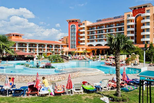 Sunny beach, Hotel Hrizantema, piscina, sezlonguri.jpg