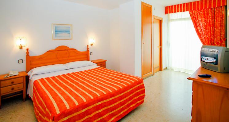 Costa Brava, Aqua Hotel Bella Playa, camera standard, pat, TV, telefon.jpg