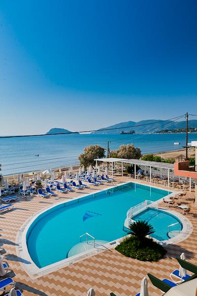 Zakynthos, Hotel Mediterranean Beach Resort, piscina exterioara, sezlonguri.jpg