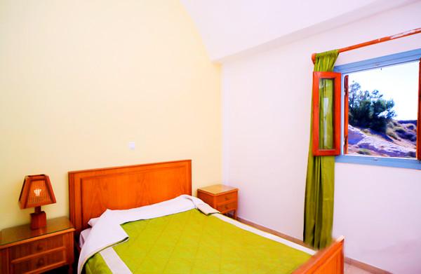Santorini, Hotel Akrotiri, camera, vedere camera, pat.jpg