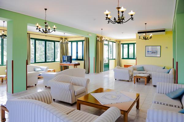Lefkada, Hotel Santa Marina, lobby, salon TV.jpg