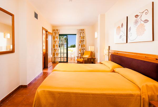 Tenerife, Hotel Isabel, camera, vedere camera, paturi.jpg