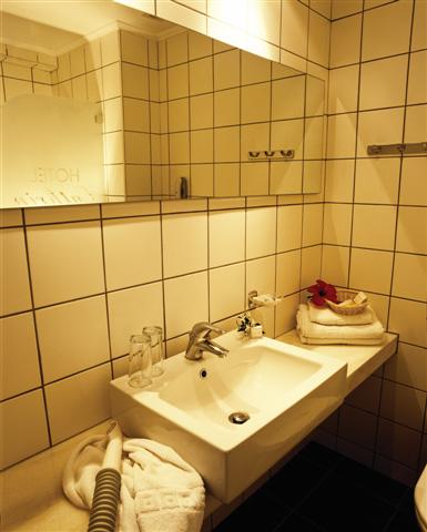 Cathrin bathroom.jpg