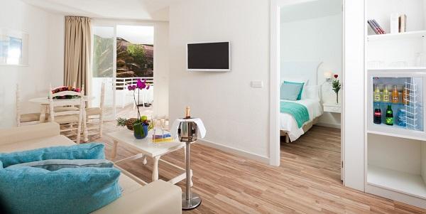 Fergus Style Cala Blanca Suites, camera, dormitor, living, terasa.jpg