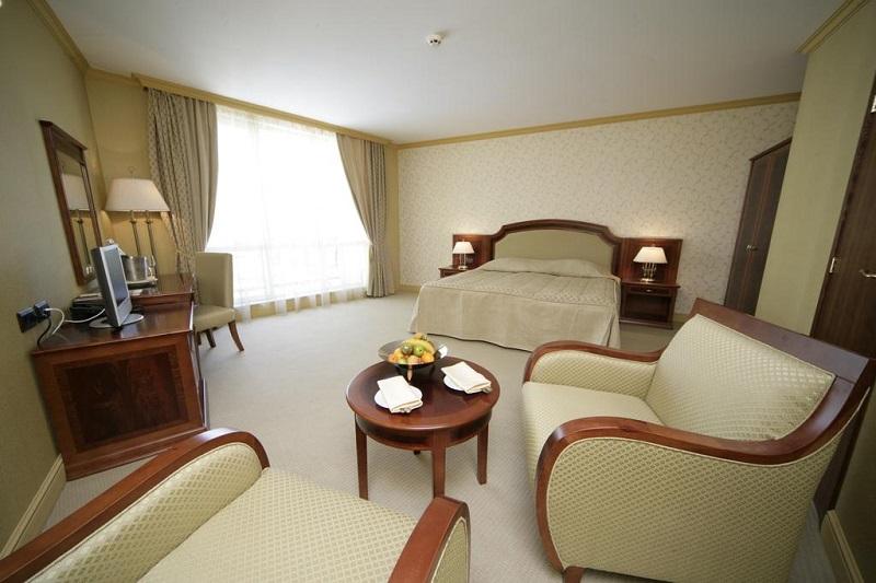 Hotel Romance-Splendid Camera.jpg