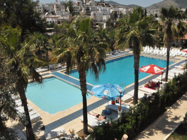 Hotel Arinna Club piscina.jpg