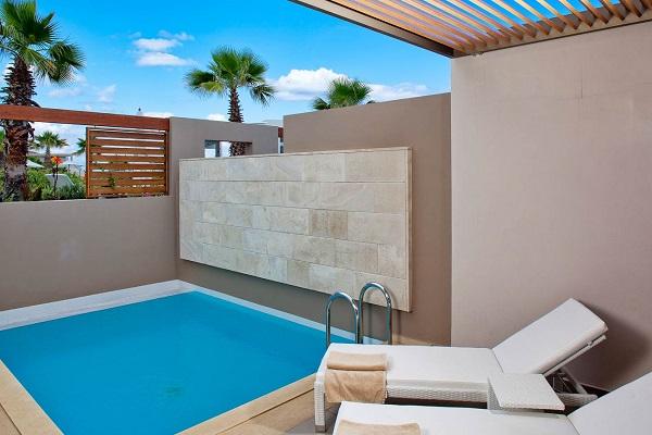 Avra Imperial Resort, Chania, camera, piscina prorpie, sezlonguri.jpg