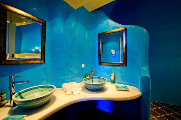 Santorini, Hotel Ikastikies, camera dubla, baie.jpg