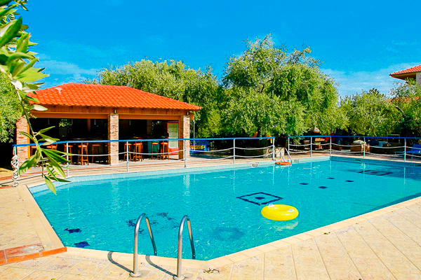 Vranas Studios, Thassos, exterior, piscina, pool bar.jpg