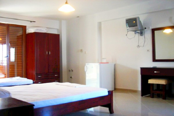 Halkidiki, Hotel Medousa, camera, paturi, dulap, tv, mini-frigider, terasa.jpg