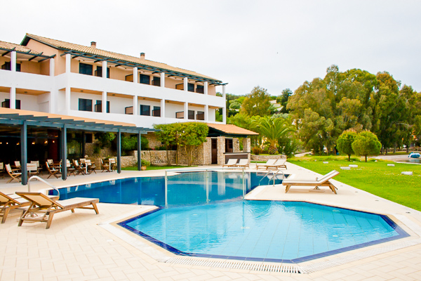 Lefkada, Hotel Porto Ligia, piscina exterioara, sezlonguri.jpg