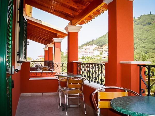 Corfu, Niouris Apartments, balcoane camere.jpg