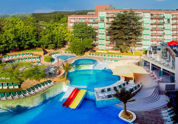 Nisipurile de Aur, Hotel Mimosa, piscina, tobogane, sezlonguri.jpg