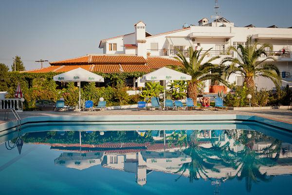 Halkidiki, Hotel Hakidiki Palace, piscina exterioara.jpg
