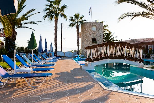 Zakynthos, Merlis Studios, piscina exterioara, sezlonguri.jpg