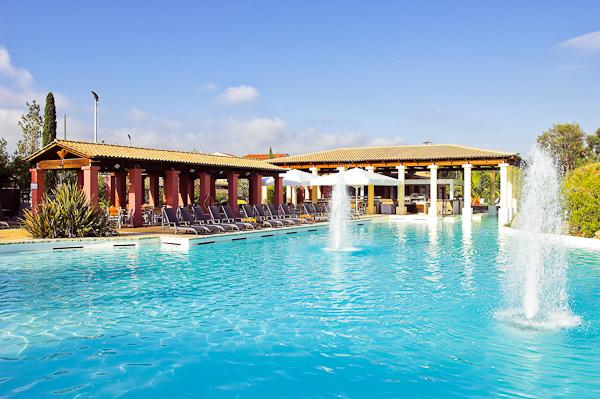 Corfu, Hotel Louis Corcyra Beach, piscina exterioara, sezlonguri, bar.jpg