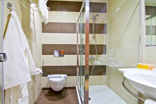 Hotel Atrium, Chania, camera, baie, cabina dus, chiuveta.jpeg