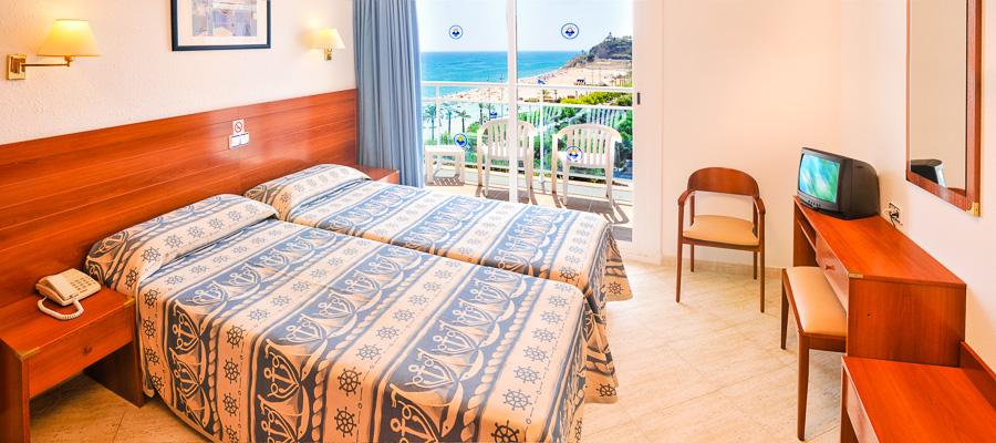 Costa Brava, Hotel Maritim, camera, vedere mare, paturi, TV.jpg
