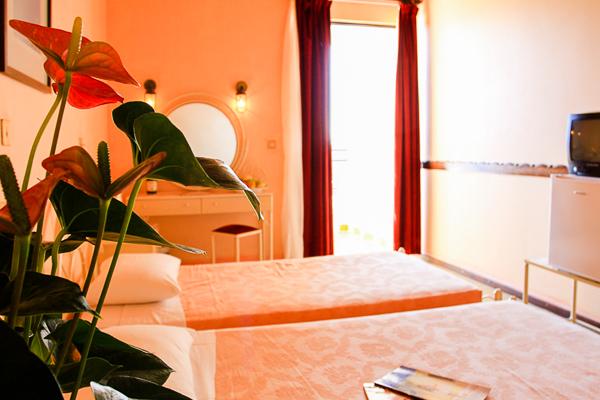 Corfu, Magna Graecia, camera, paturi, terasa.jpg