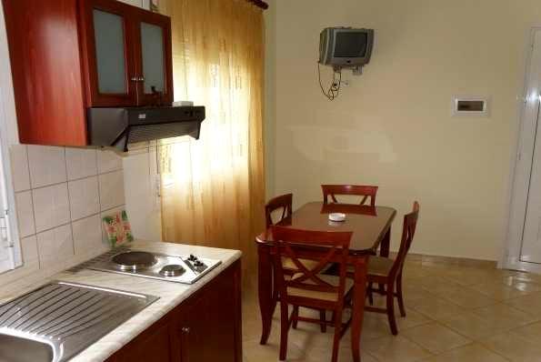 Zakynthos, San Giorgio Apartaments, camera, chicineta, masa, TV.jpg