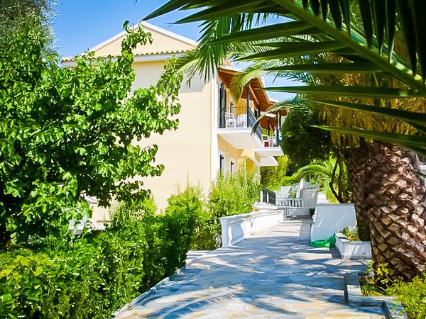 Corfu, Niouris Apartments, alee intrare.jpg