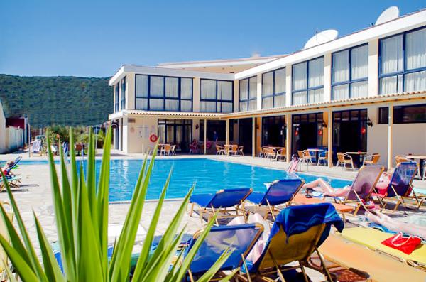 Corfu, Hotel Nasos & Daisy, piscina, sezlonguri.jpg
