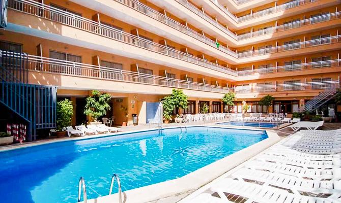 Mallorca, Hotel Pinero Bahia de Palma, piscina exterioara, sezlonguri.jpg