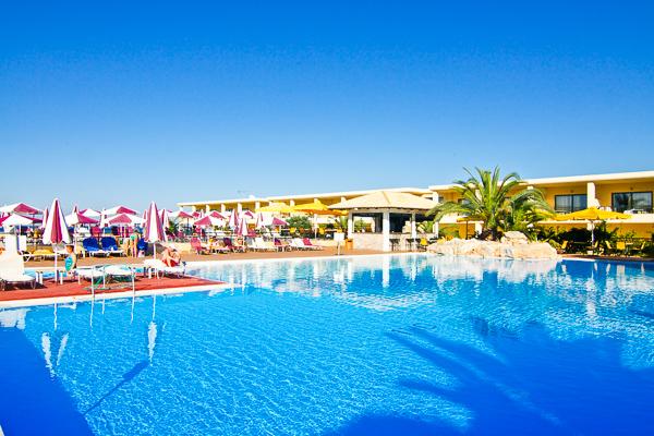 Slolimar aquamarine, Chania, exterior, piscina, hotel, sezlonguri.jpg