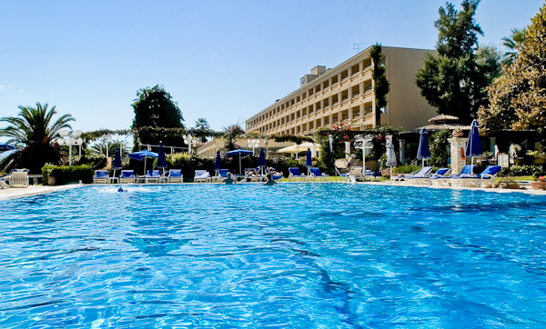Corfu, Hotel Corfu Palace, piscina exterioara, sezlonguri.jpg