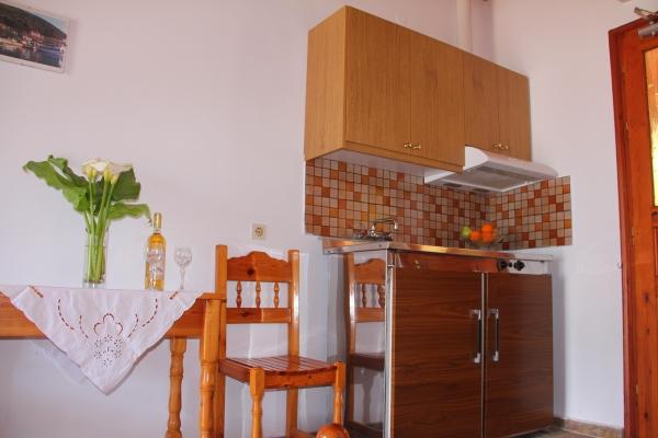 Lefkada, Vila Liotrivi, camera, chicineta.JPG