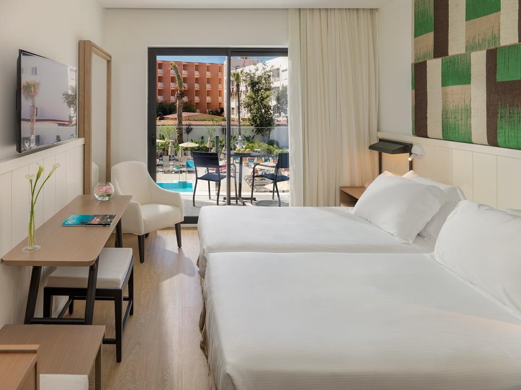 Mallorca_Hotel_H10_Casa_Del_Mar_camera_pat_tv_vedere_piscina.jpg