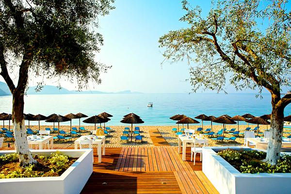 Lichnos Beach, Parga, exterior, plaja, sezlonguri, umbrele.jpg