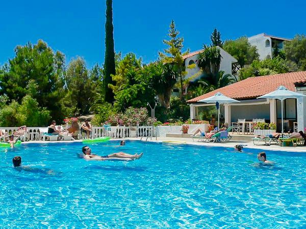 Corfu, Hotel Nautilus, piscina exterioara, sezlonguri.jpg
