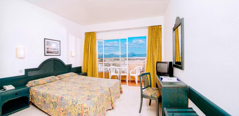 Mallorca, Hotel Pinero Bahia de Palma, camera, vedere camera, pat, televizor.jpg