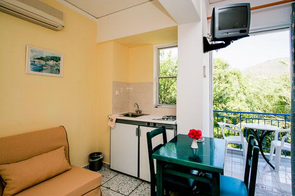 Hotel G George, Lefkada, camera, chicineta, canapea.jpg