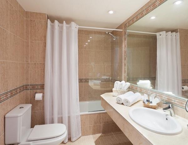 Fergus Style Cala Blanca Suites, camera, baie.jpg