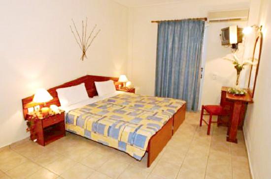 Zakynthos, Hotel Petros, camera, pat dublu, tv.jpg