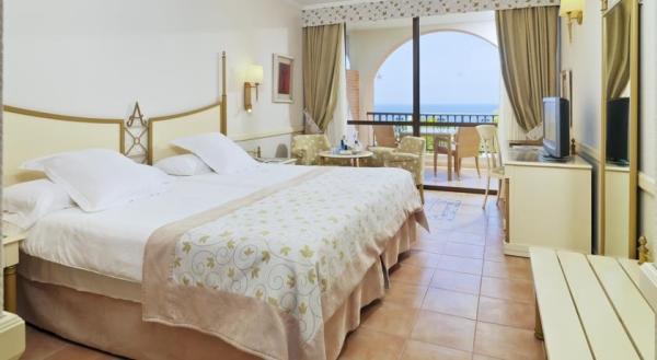 Tenerife, Hotel Iberostar Anthelia, camera, pat dublu, tv, masa, terasa.jpg