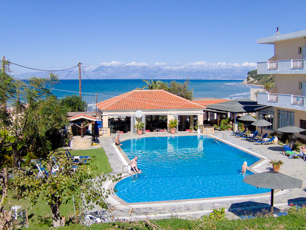 Corfu, Hotel Livadi Nafsika, piscina exterioara, mare.jpg