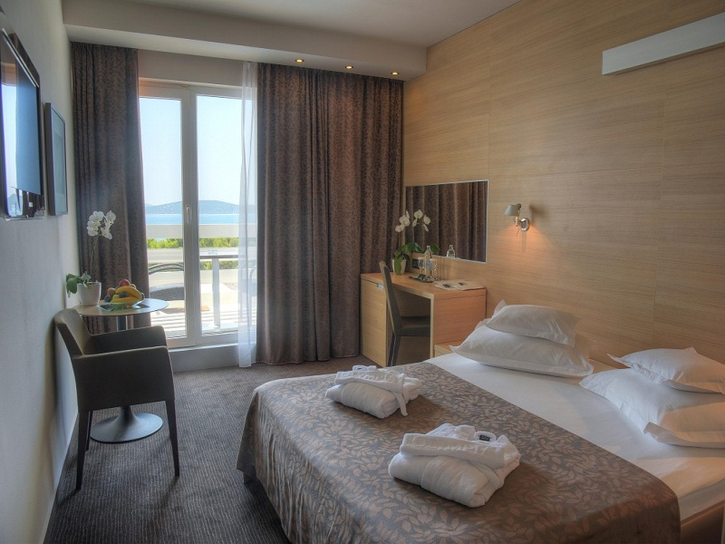 7._Superior_double_room_with_sea_view_Medium_1.jpg