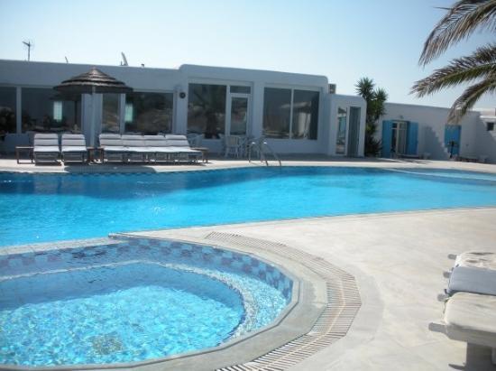piscina-dell-hotel-giannoulaki.jpg