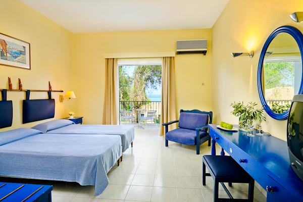Corfu, Hotel Louis Corcyra Beach, camera dubla, fotoliu, balcon.jpg