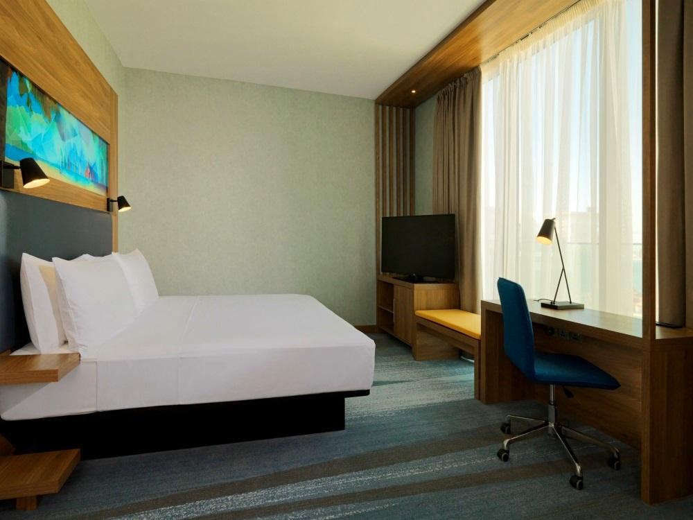 Dubai, Hotel Aloft Palm Jumeirah, camera, pat, TV.jpg