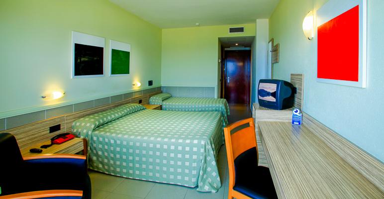 Costa Brava, Aqua Hotel Promenade, camera standard, paturi, TV, telefon.jpg