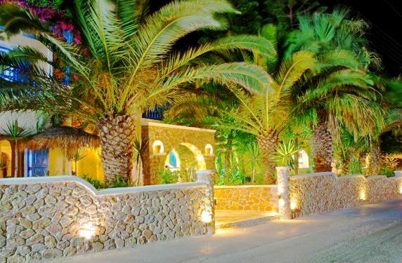 Santorini, Zeus, exterior, hotel, intrare, seara.jpg