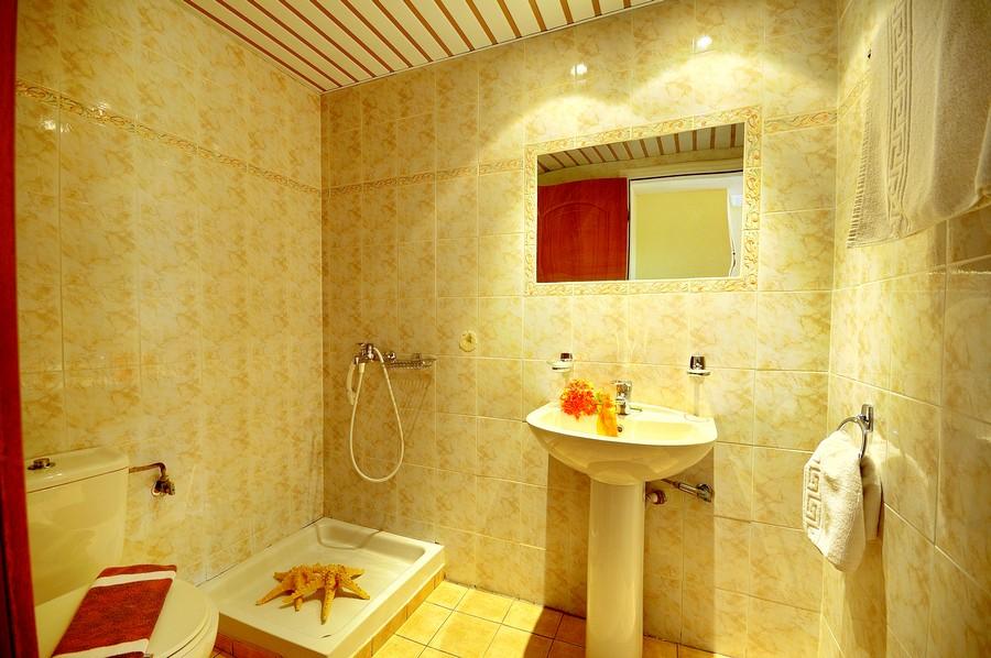 Zakynthos, Hotel Daisy, camera, baie, cabina dus, chiuveta.jpg